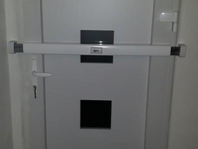 Tür mit Sicherheitsriegel